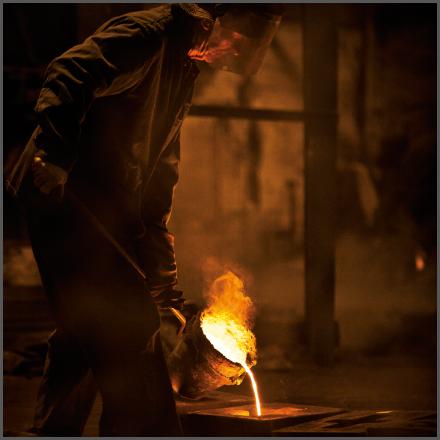 Het productieproces van smeedijzer in beeld: gieten