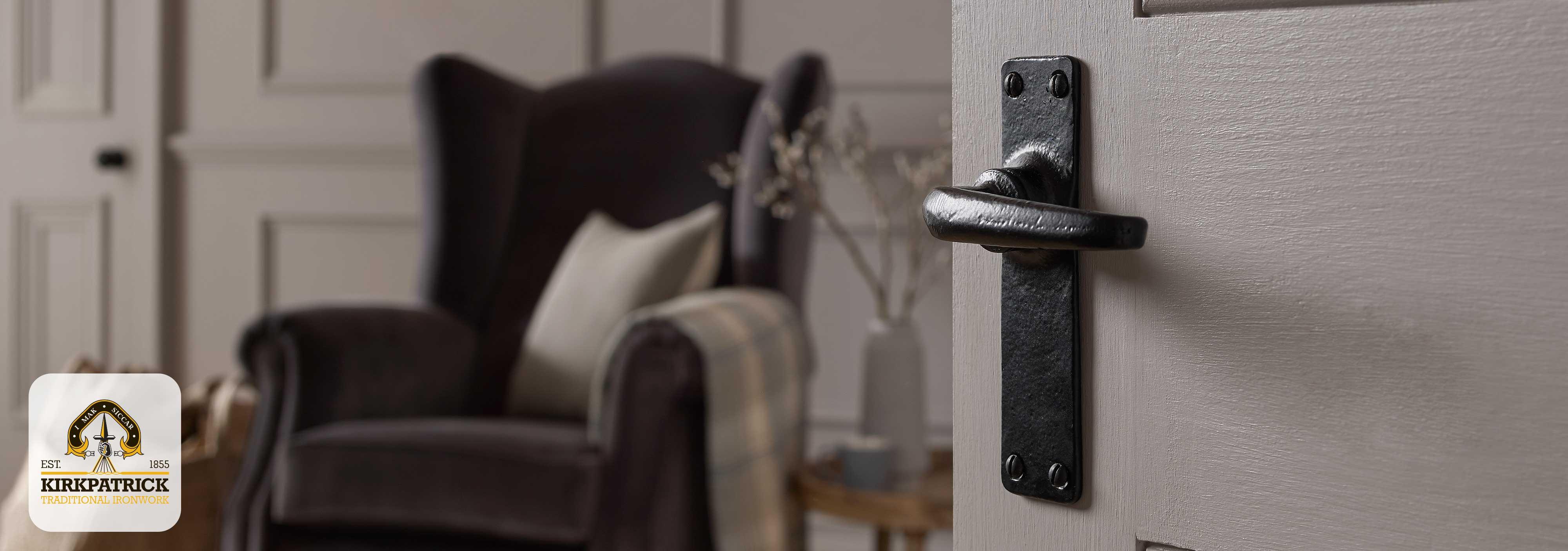 Sfeerafbeelding Kirkpatrick zwart smeedijzer deurkruk op schild